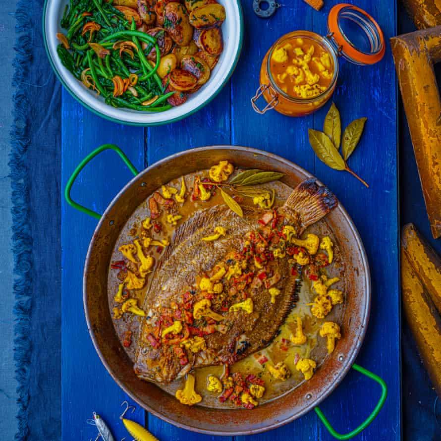 Solla entera de Steáfan McCarry con panceta, patatas baby, frijoles, gremolata y pepinillo de coliflor.