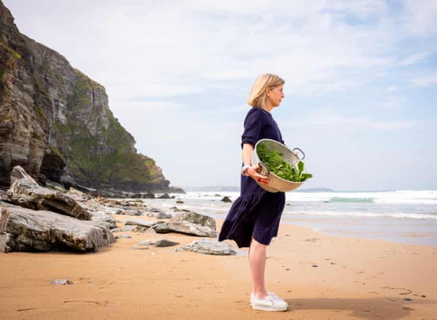 Chef Emily Scott en la playa de Watergate Bay.