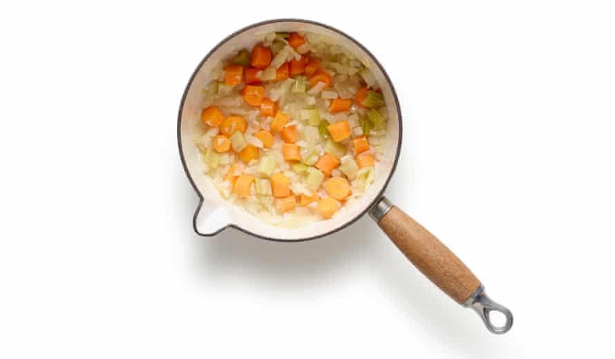Minestrone de verano de Felicity Cloake. Ahora agregue la zanahoria y el apio; agregue las verduras en el orden en que se cocinarán.
