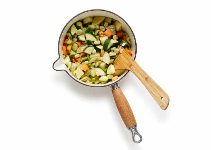Felicity Cloake's Summer 05 Minestrone. Agrega el calabacín y otras verduras más suaves.