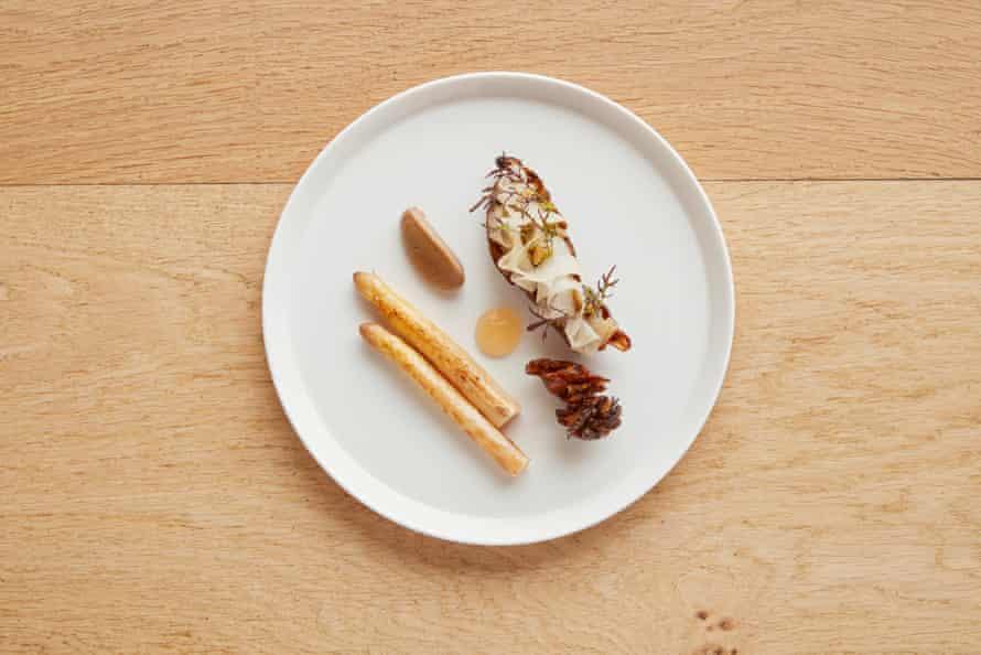 The Barn at Moor Hall Relleno de alcachofa de Jerusalén asada con espárragos blancos, peras en escabeche y gallina del bosque.