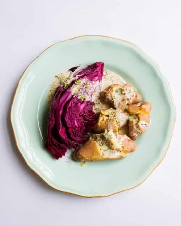 Col lombarda de Nigel Slater con sidra y patatas al vapor.