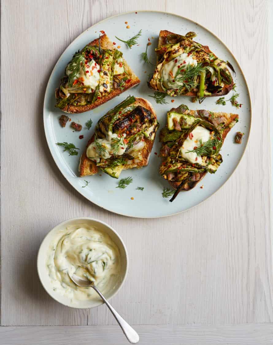 Bruschetta de calabacín y cebolleta tierna de Gill Meller con mayonesa de albahaca.