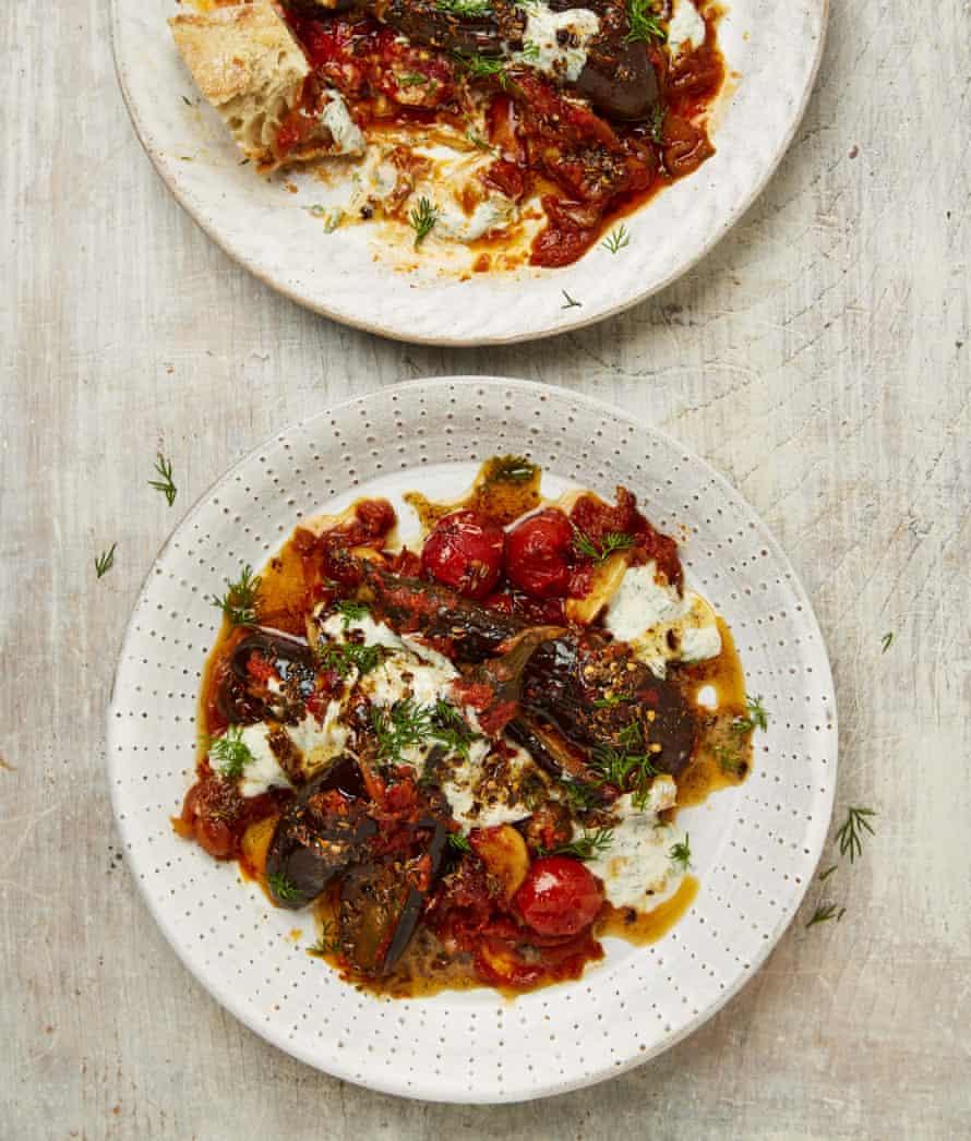 Berenjenas baby de Yotam Ottolenghi en salsa de tomate con yogur de anchoas y eneldo.