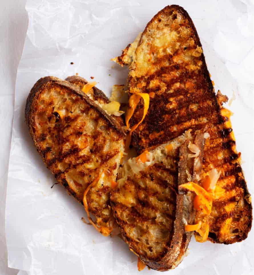 Sándwiches de pepinillos con queso asado y mantequilla de mostaza