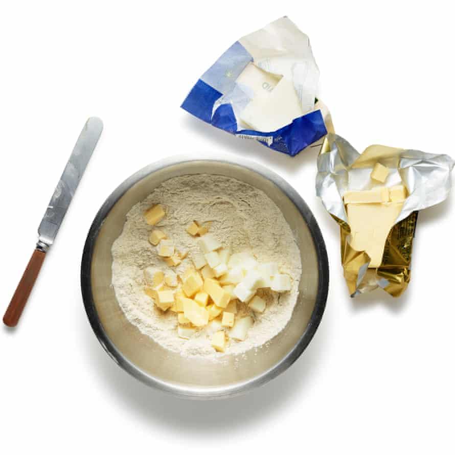 Empiece por la masa. Ponga la harina, el azúcar y la sal en un tazón grande o procesador de alimentos y mezcle. Corta la grasa en cubos pequeños y agrégala al bol, o ralla directamente en la mezcla, luego córtala en la harina hasta que esté bien mezclada. Agregue el vinagre y luego la cantidad suficiente de agua muy fría para convertir todo en una pasta (dos o tres cucharadas deberían ser suficientes), luego envuelva bien y refrigere durante al menos 30 minutos antes de usar.
