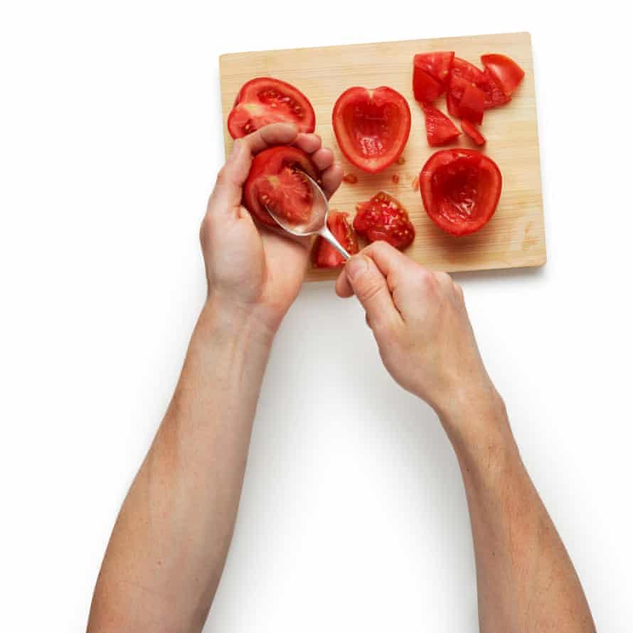 Corta los tomates italianos por la mitad, quita las semillas y luego córtalos en cubos grandes. Colocar en una bandeja para hornear ligeramente engrasada y hornear durante unos 30 minutos, hasta que comiencen a dorarse.