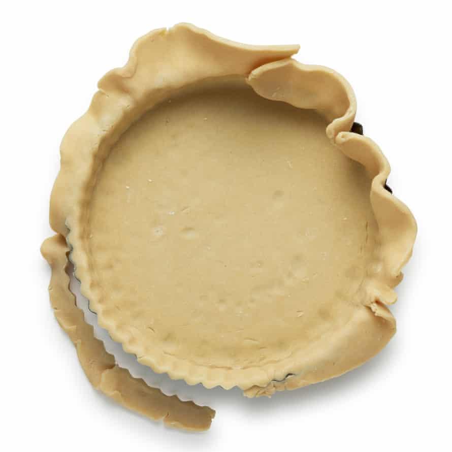 Extienda la masa sobre una superficie ligeramente enharinada, luego dóblela suavemente y levántela en la sartén, luego desdoble y refrigere nuevamente por 30 minutos.