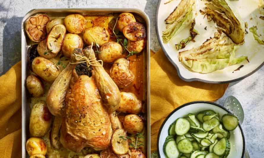 Pollo asado con ensalada de pepino agridulce.