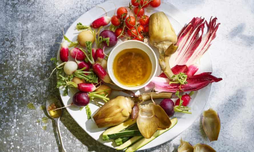 Bagna cauda: verduras crudas con salsa de anchoa caliente.