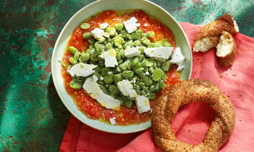 Ensalada de frijoles, eneldo y tomate.