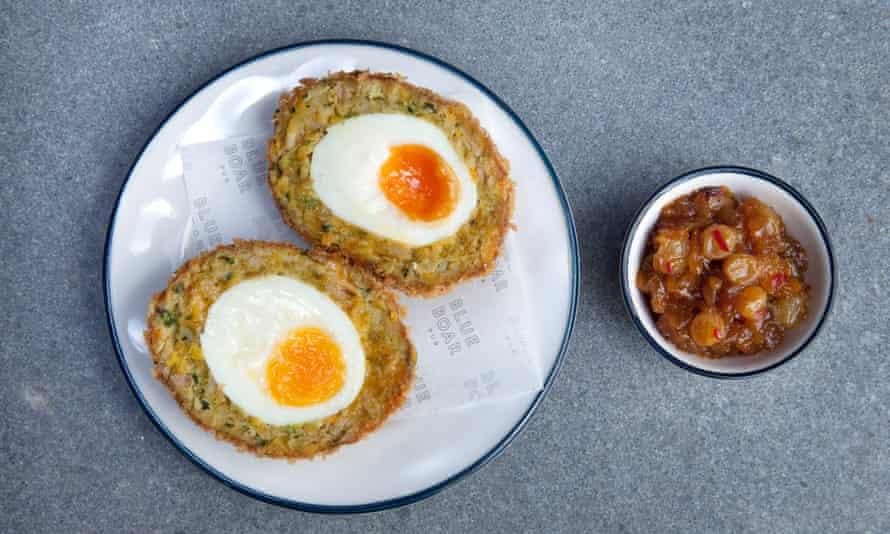 Huevo escocés de pollo de coronación, Blue Boar Pub, Westminster, Londres.