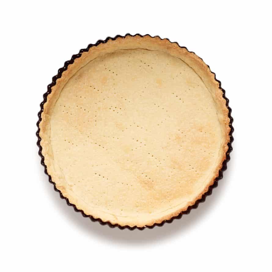 Pastel de albaricoque de Felicity Cloake Paso 4: hornee a ciegas la cáscara del pastel.