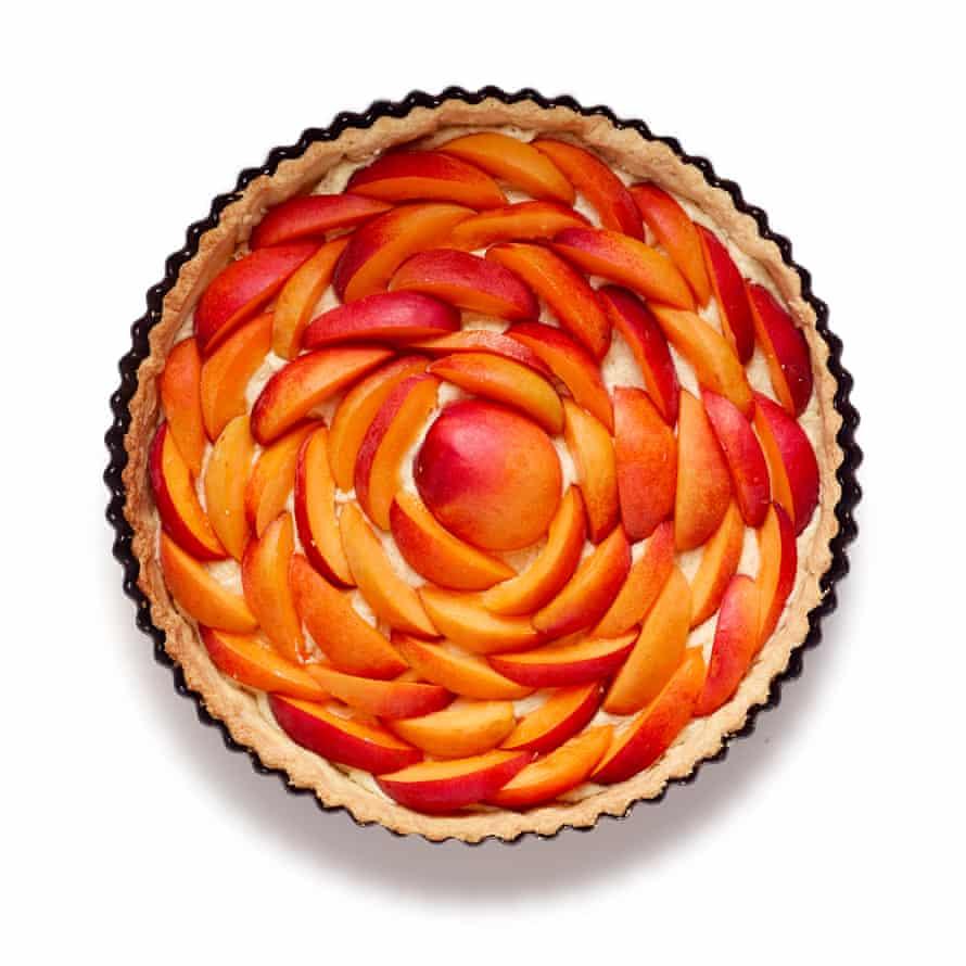 Pastel de albaricoque de Felicity Cloake Pasos 8: Círculos concéntricos de frutas.