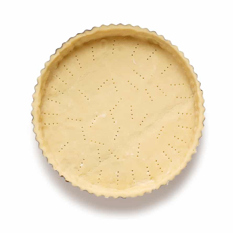 Pastel de albaricoque Felicity Cloake, Paso 3: Forre la base del pastel, luego refrigérelo nuevamente.