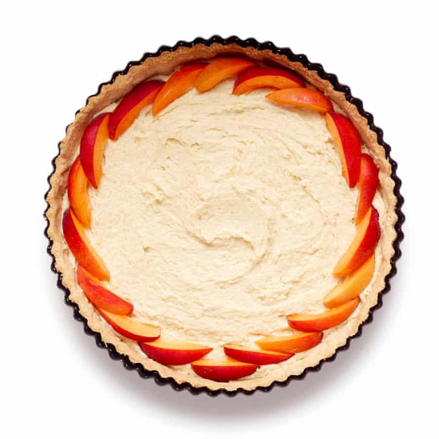 Pastel de albaricoque de Felicity Cloake, paso 7: esparce el frangipane en la base del pastel y luego comienza a agregar la fruta.