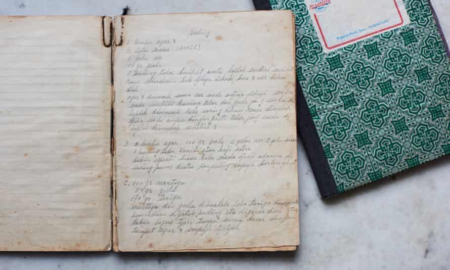 Lara Lee reclutó a sus tías y tías abuelas para que la ayudaran a preparar recetas de los libros de cocina de sus abuelas.
