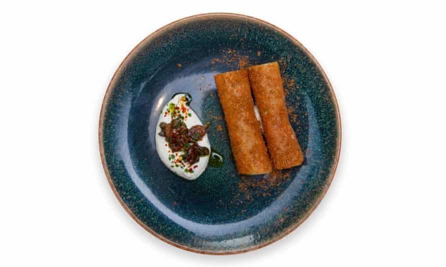 'Frito a crocante': paletilla de cordero 'cigarro'.
