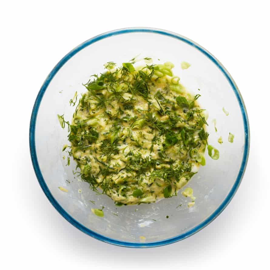 Felicity Cloake 5 Buñuelos de calabacín: Se agregó queso feta y hierbas.