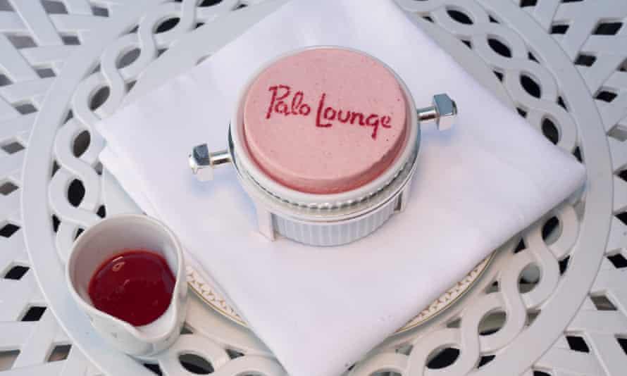 Polo Lounge en Dorchester, Park Lane, Londres, para revisión de restaurante por Jay Rayner, OM, 29/07/2021. Sophia Evans para el soufflé de fresa The Observer