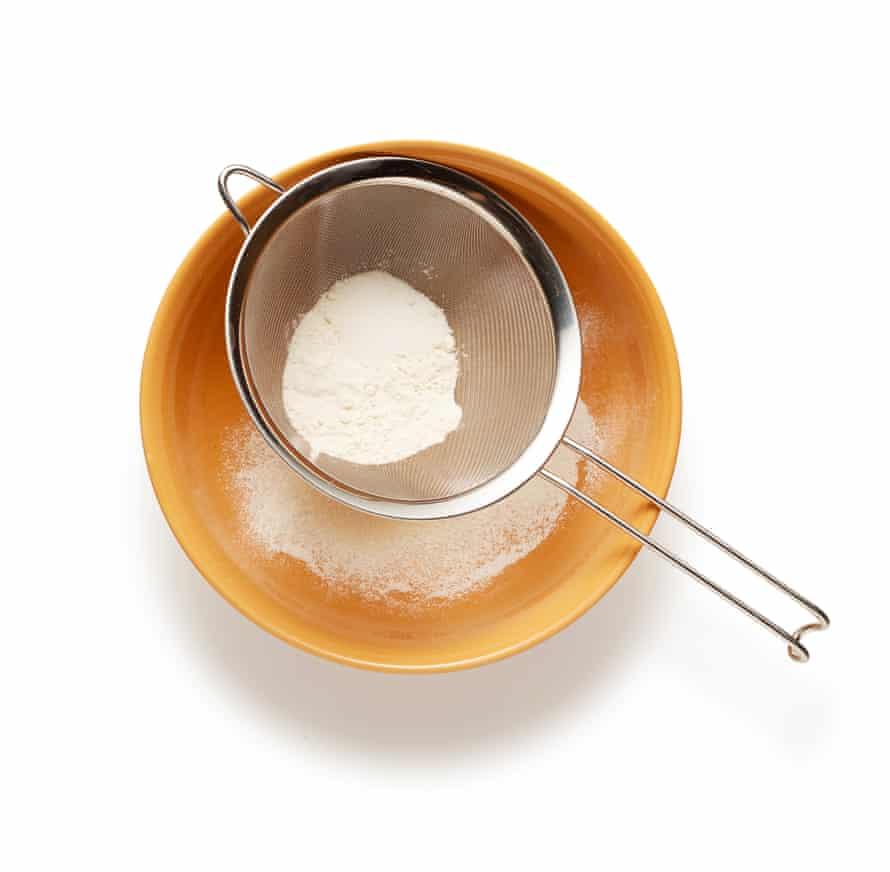 Felicity Cloake Clafoutis 7: Tamizar la harina en un bol.