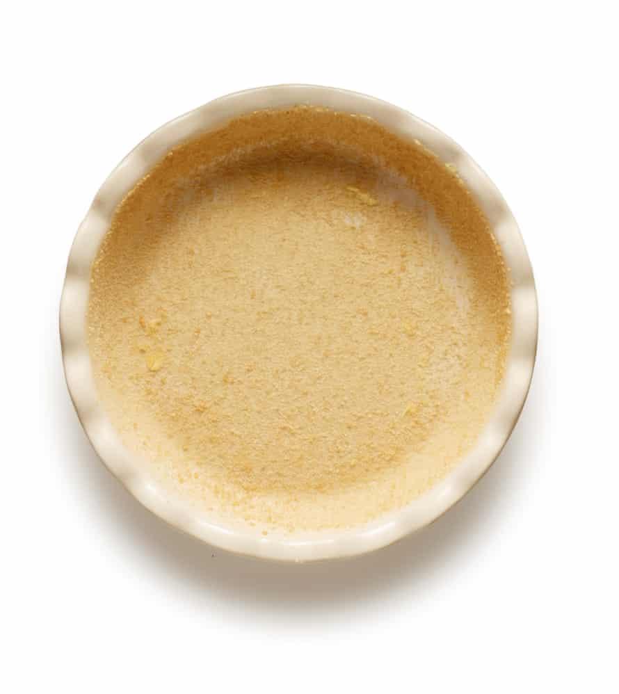 Clafoutis de Felicity Cloake 5. Unte con mantequilla y endulce un plato.
