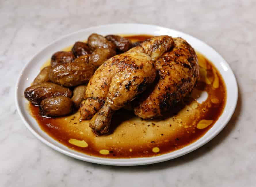"""El medio pollo con patatas chorreantes en Royale, Londres E3: """"Cocina francesa sencilla, sin florituras a la bonne femme"""". """""""