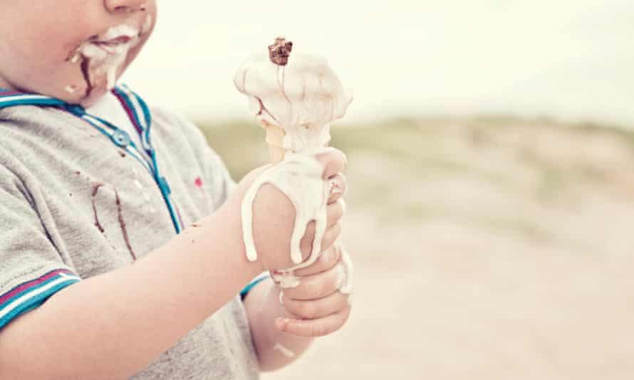 Niño comiendo helado derretido
