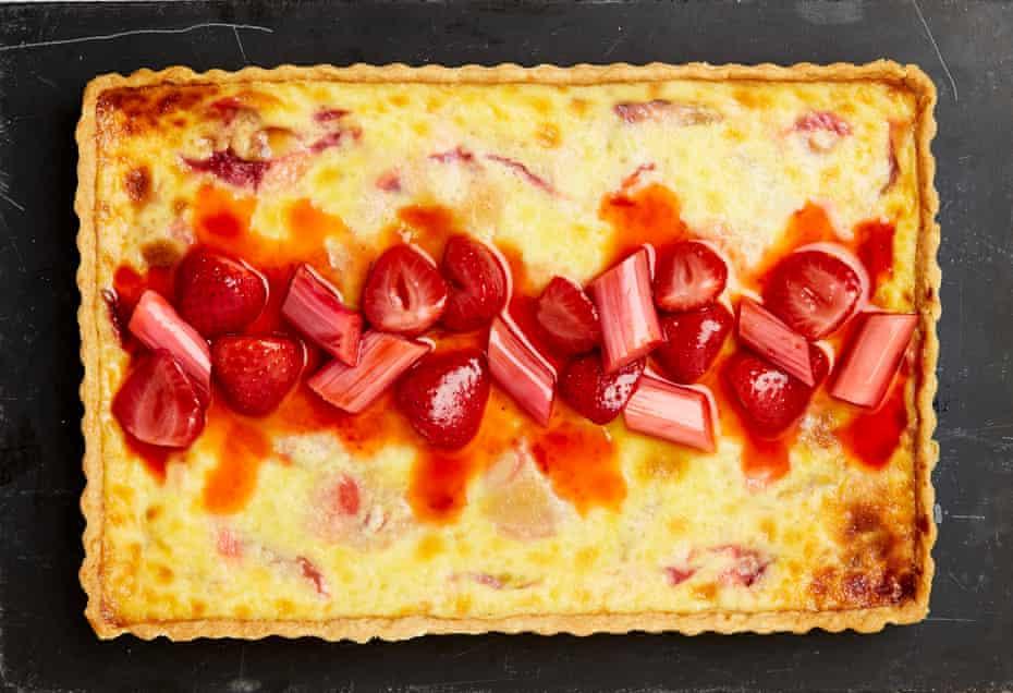 Rebanada de natillas con fresas y ruibarbo de Yotam Ottolenghi