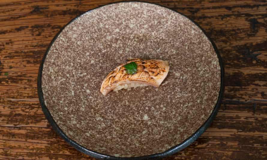 """""""Miso de albahaca tailandesa que puedes frotar detrás de las orejas"""": panza de trucha frita."""