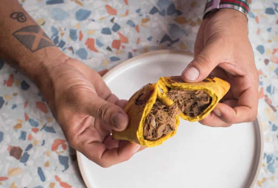 La versión de James Cochran de una mezcla entre galette jamaicana y paté de Cornualles, con pasteles de cabra picantes al curry, fruta del pan, colinabo, zanahorias y cebollas.