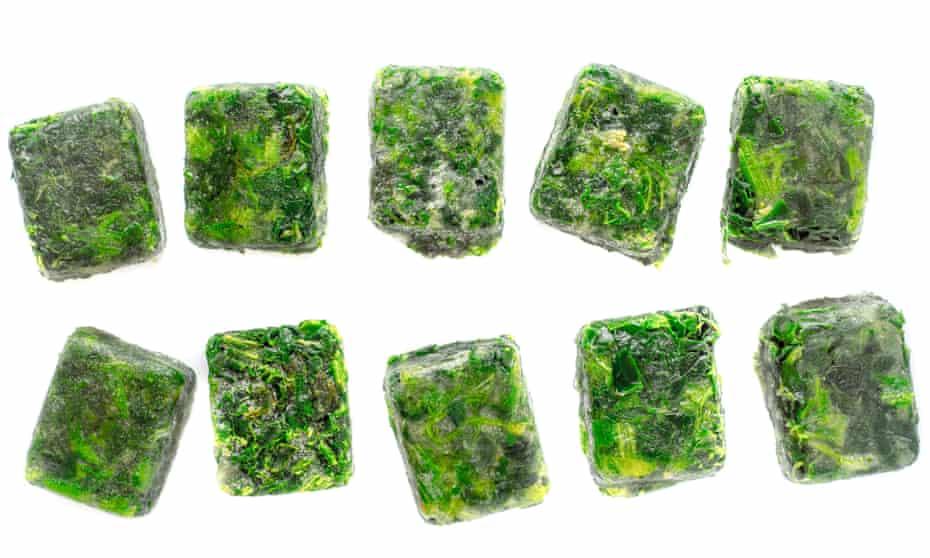 Cubitos de espinaca congelados preparados en la bandeja de cubitos de hielo; colóquelos directamente en el plato que está cocinando.