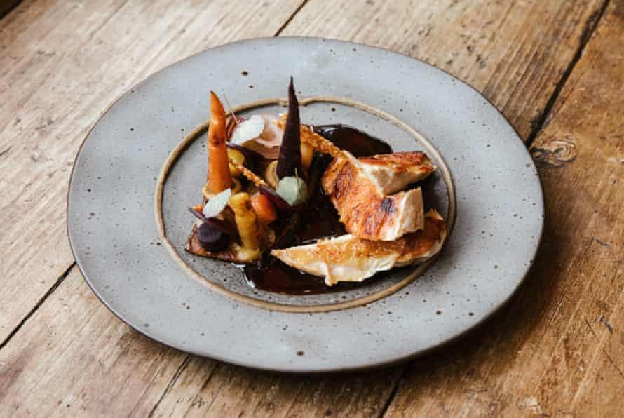 Pechuga de gallina de Guinea, berenjena, zanahoria picante, teja de sésamo en Kysty, Cumbria.