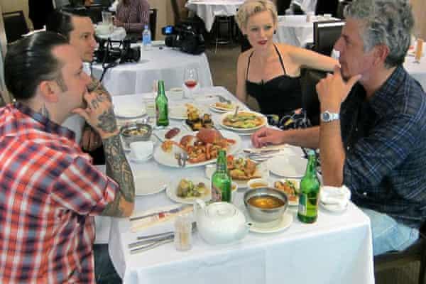 Anthony Bordain comiendo en el restaurante de mariscos Golden Century con Ben, Elvis y su esposa Sarah del restaurante Sydney Porteno.