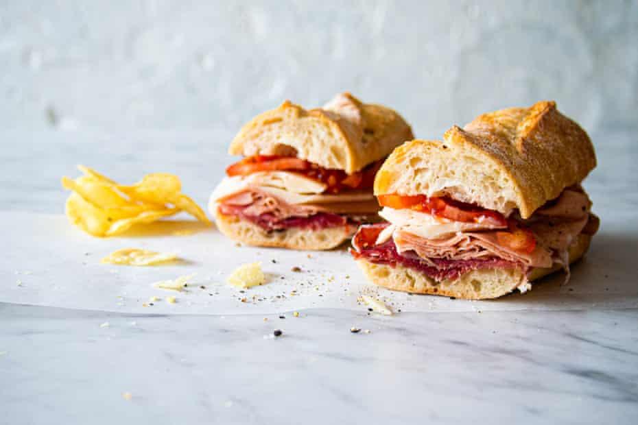 Mortadela, prosciutto, queso asiago, tomate fresco y mucha sal y pimienta.