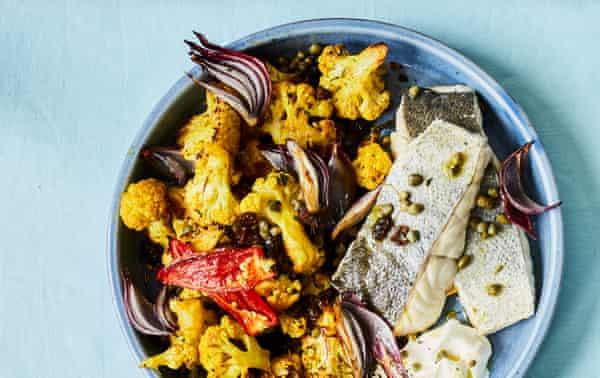 Filete de abadejo Adam Byatt con curry de coliflor, alcaparras y pasas.