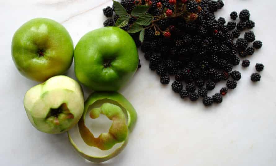 Manzanas y moras, listas para cocinar.