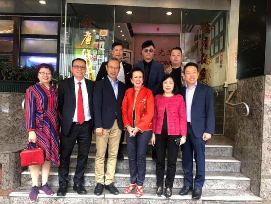 El alcalde de Sydney, Clover Moore, posa con el equipo de Golden Century afuera del restaurante en 2019.