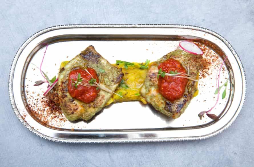 """El pollo Jodhpuri tawa del Heritage Restaurant """"servido en un puré de papa extrañamente más picante con tamarindo y comino""""."""