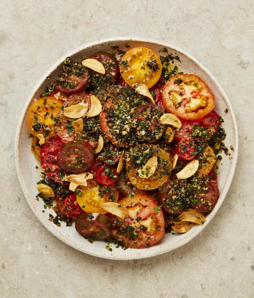 Ensalada de tomate tradicional de Yotam Ottolenghi con migas de ajo negro.