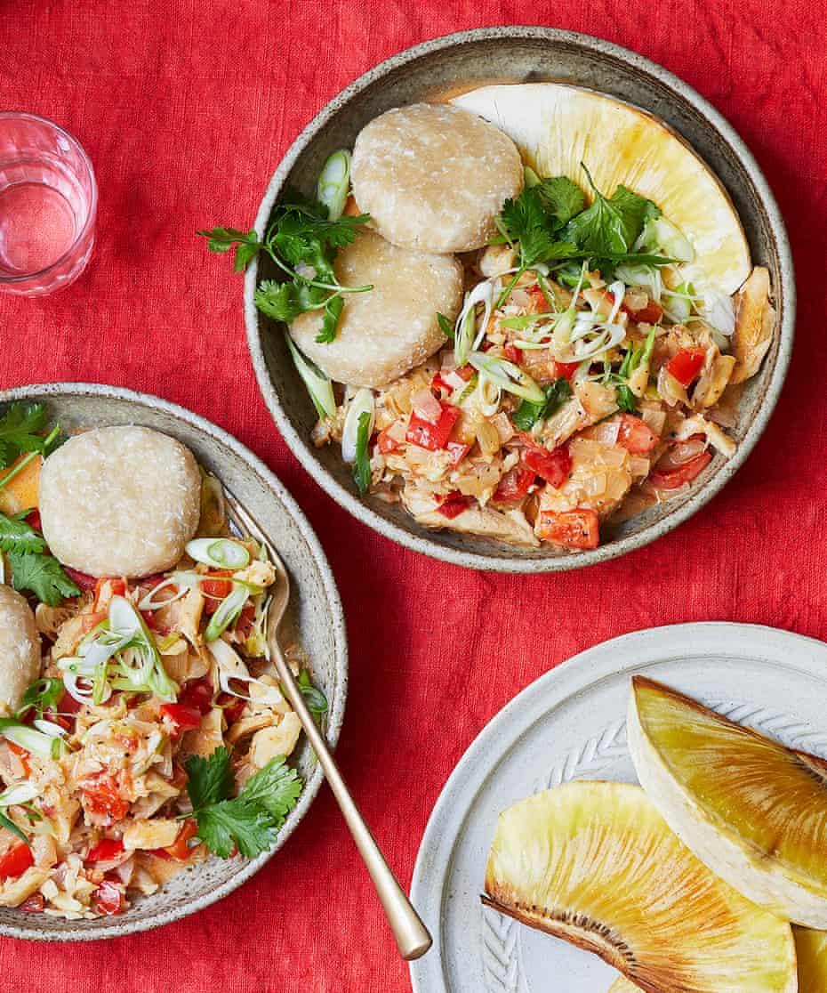 Guiso de pescado salado de Keshia Sakarah con bolas de coco y fruta del pan tostada.