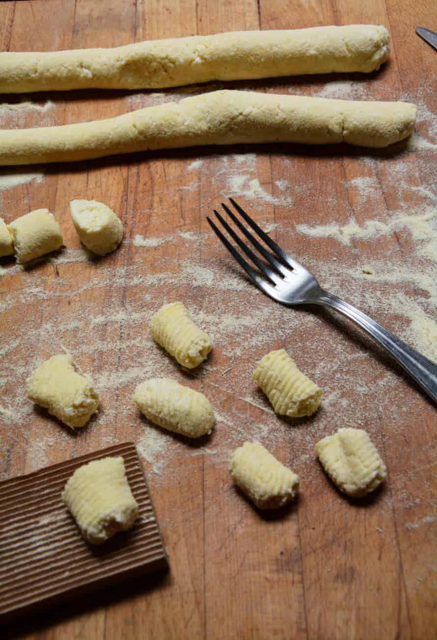 Al principio, la pasta no tenía forma: se estaban dando forma a los ñoquis de Rachel.