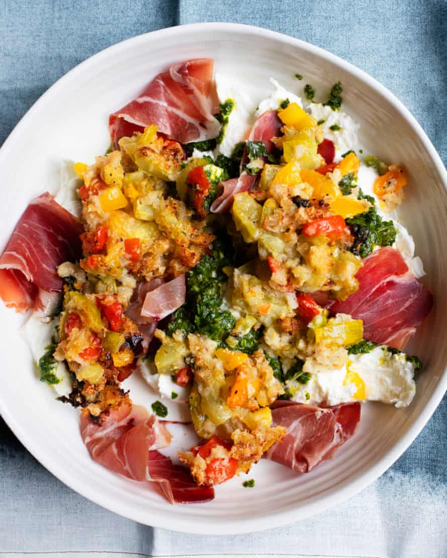 """""""Un plato profundamente veraniego"""": mozzarella con tomate y parmesano."""