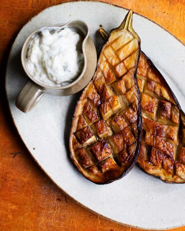 """""""Cruzando las muescas del lado cortado es la forma de hornearlas por completo"""": berenjena al horno con salsa de pepino y albahaca."""