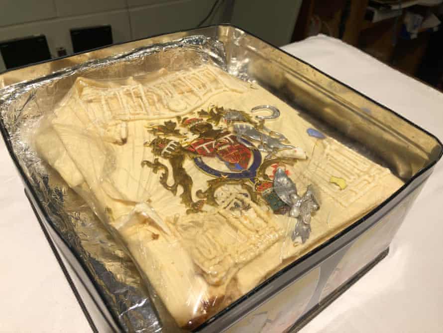 La caja que contiene la porción de pastel de uno de los 23 pasteles de boda oficiales hechos para la boda de Charles y Diana en 1981 y se vendió en una subasta por £ 1,850.
