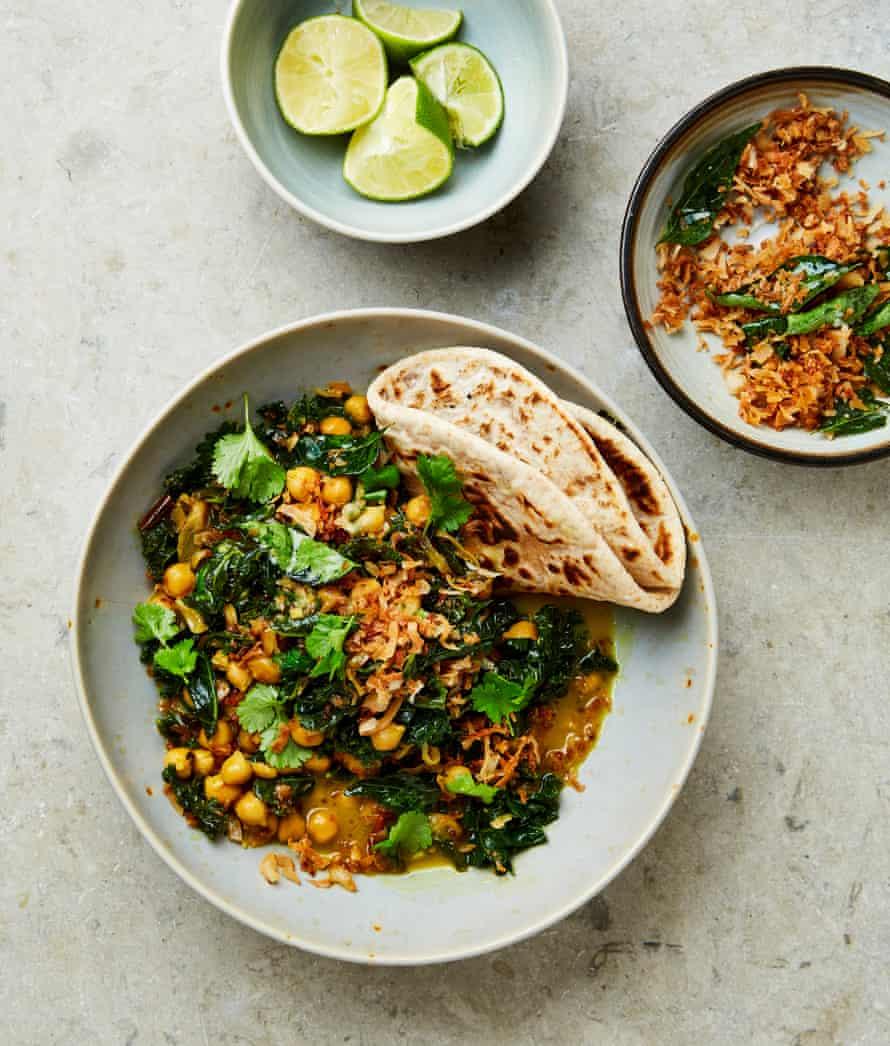 Kale de Yotam Ottolenghi con garbanzos en leche de coco con hoja de curry y crocante de coco.