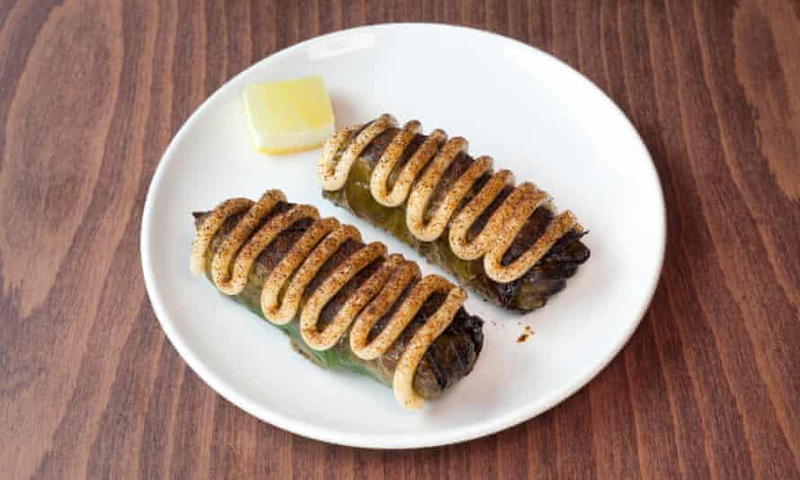 """""""Ve más rápido con las rayas"""": hojas de parra rellenas de emulsión de carne de cangrejo y cigalas."""