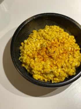Cook's Illustrated Cream Corn utiliza chalotes y tomillo para acentuar.