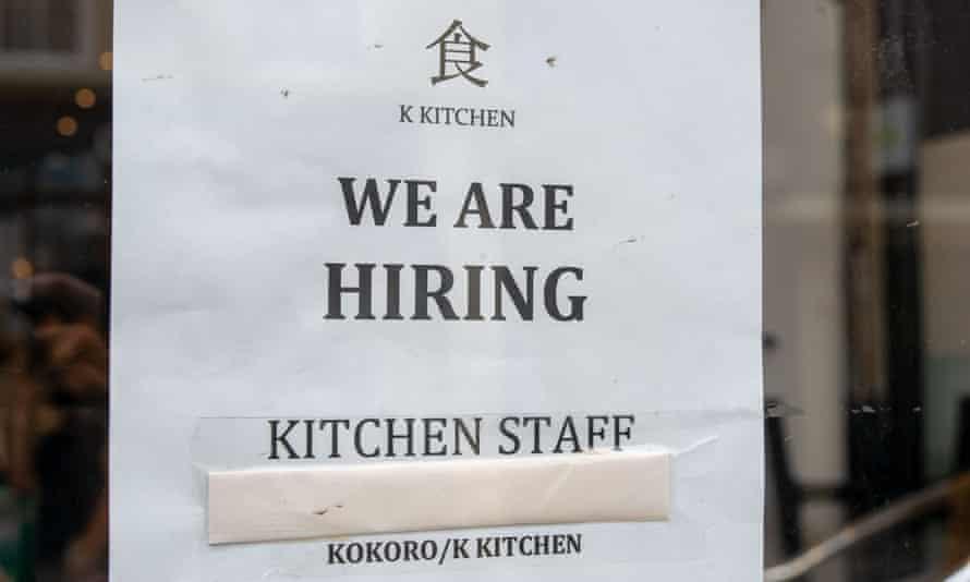 Un anuncio de empleo en la ventana de un restaurante en Windsor, Berkshire, Reino Unido.