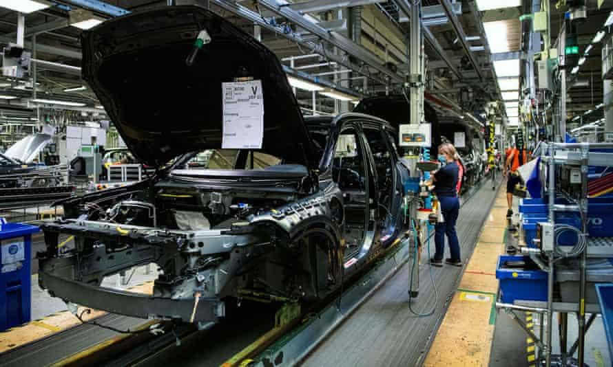 La escasez de chips electrónicos socava la producción automotriz.